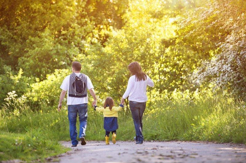 media/image/happy-family-in-nature-PJ74BC2.jpg